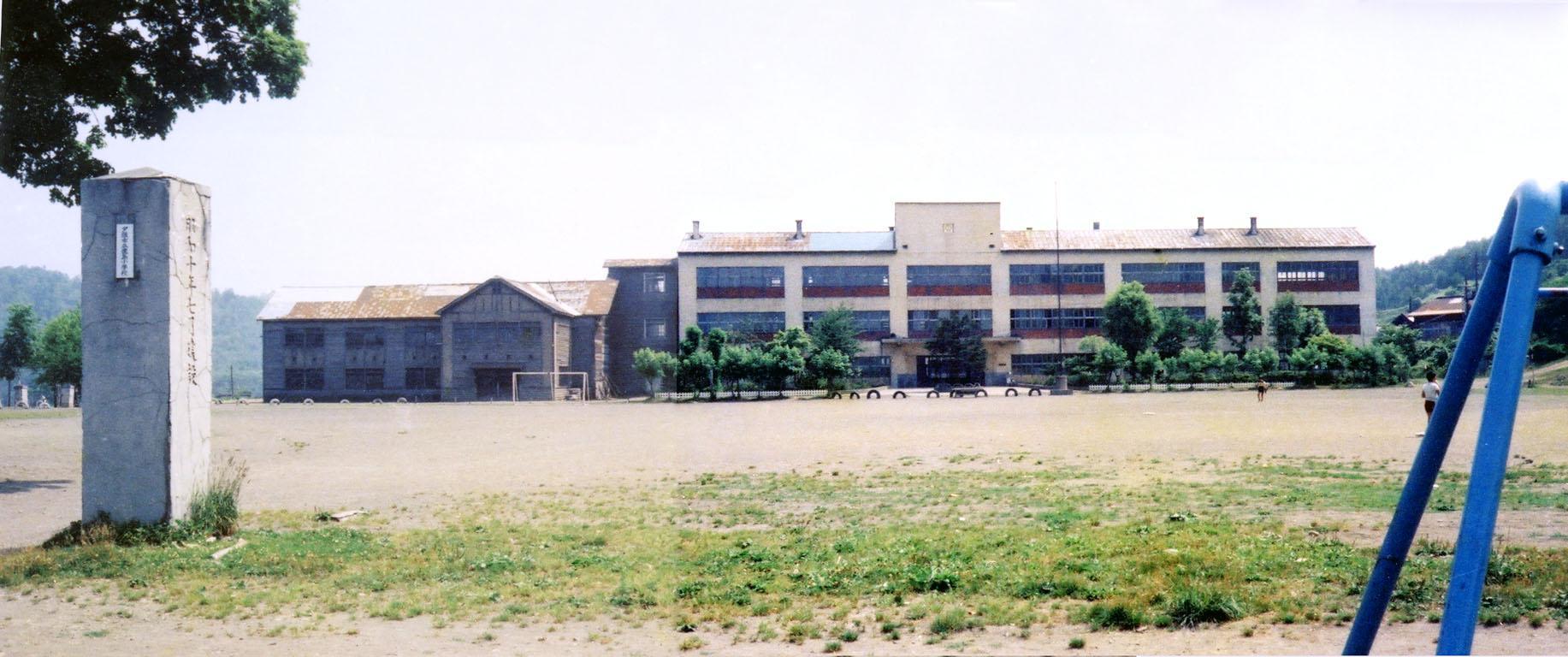 鹿島小学校グラウンドと門柱