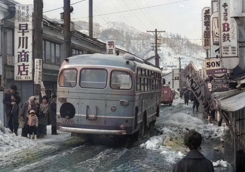 昭和39年 栄町商店街を行くバス