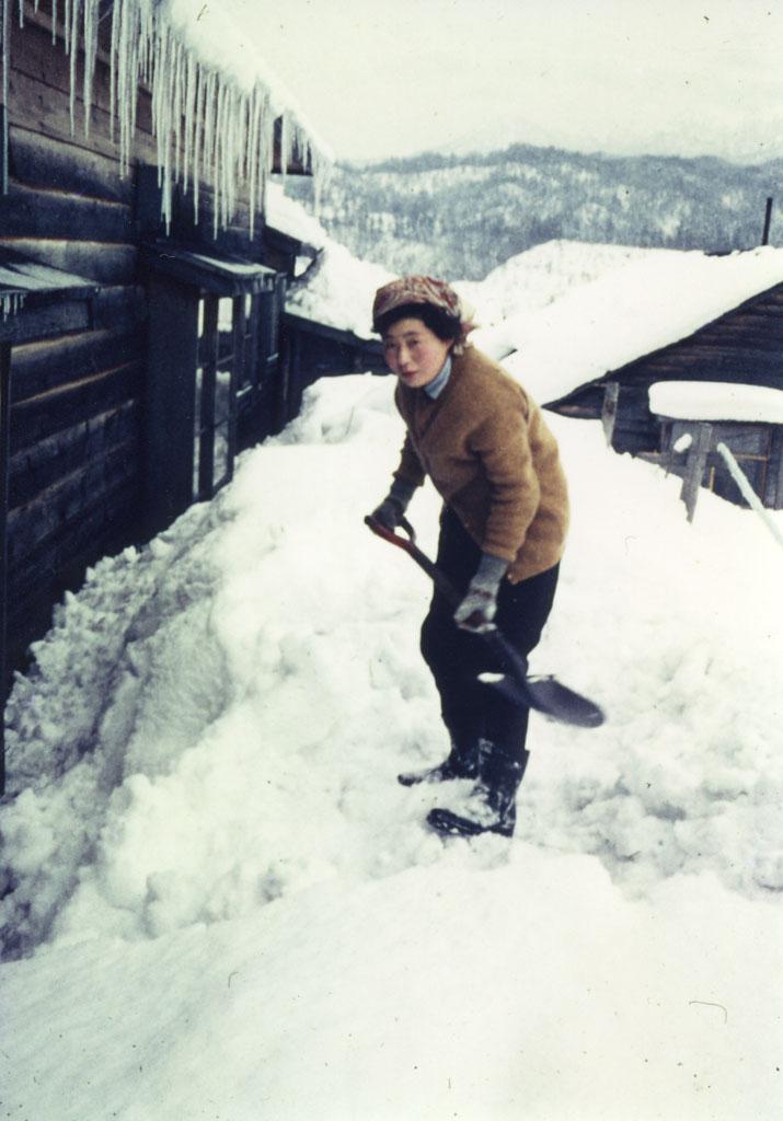 軒下の雪かき