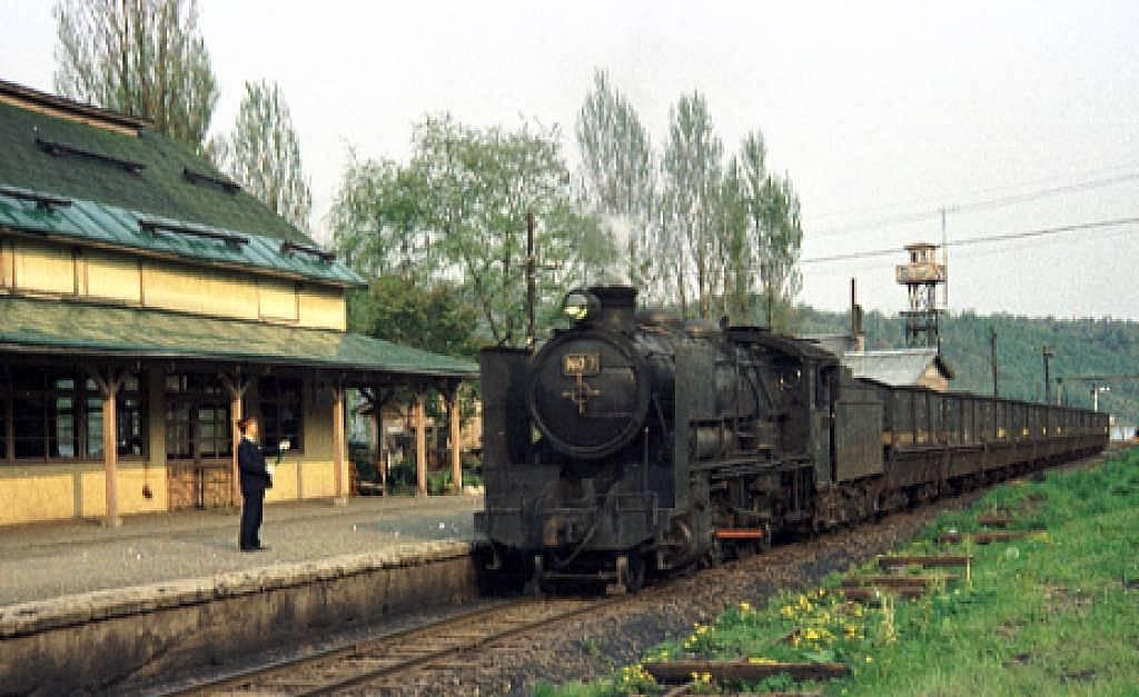 大夕張駅を通過する列車