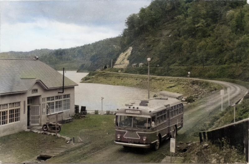 「湖畔」を行く三菱バス