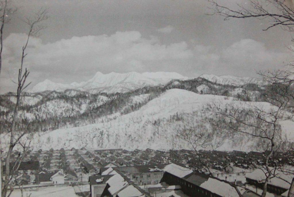 鹿島小旧校舎と夕張岳