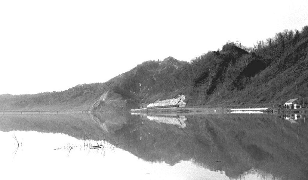 湖畔を行く列車