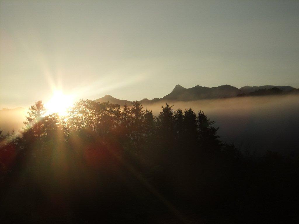 朝日の昇る夕張岳 高橋歌子