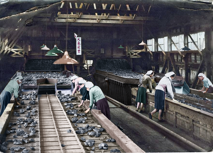 選炭場の選炭婦たち