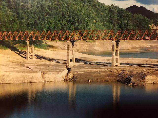 夕陽を浴びる三弦橋
