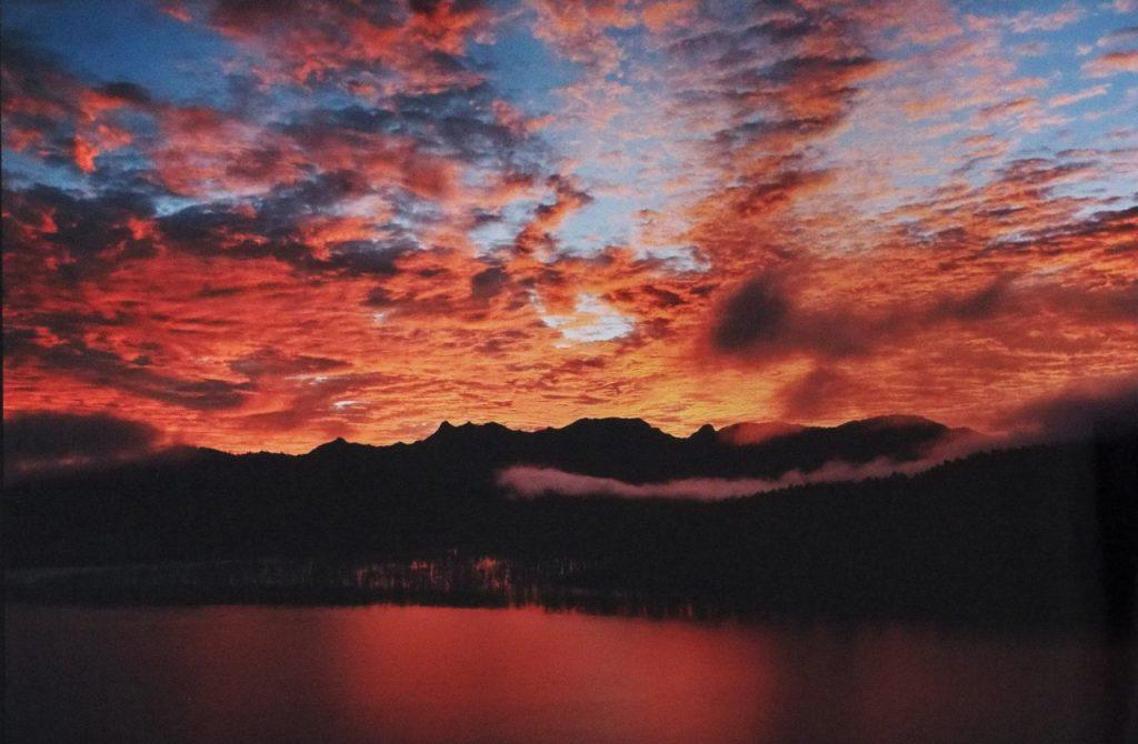 シューパロ湖  朝光|魚住 劭